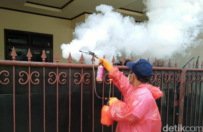 Di tengah wabah COVID-19, warga Perumahan BSI 2, Sawangan, Depok tidak melupakan ancaman demam berdarah dengue (DBD). Mereka pun melakukan kegiatan fogging.