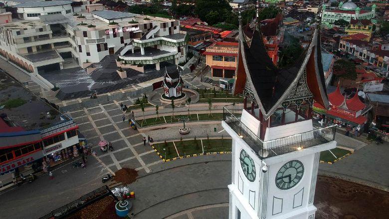 Suasana pertokoan di kawasan Jam Gadang yang sepi menjelang malam di Kota Bukittinggi, Sumatera Barat, Jumat (17/4/2020). Selama masa pandemi COVID-19, tidak ada sama sekali kunjungan wisatawan ke objek wisata aikonik Sumatera Barat itu. ANTARA FOTO/Iggoy el Fitra/hp.