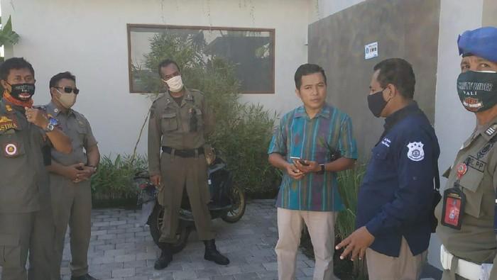 Tim mengamankan bule asal Rusia yang nekat terobos pantai di Bali