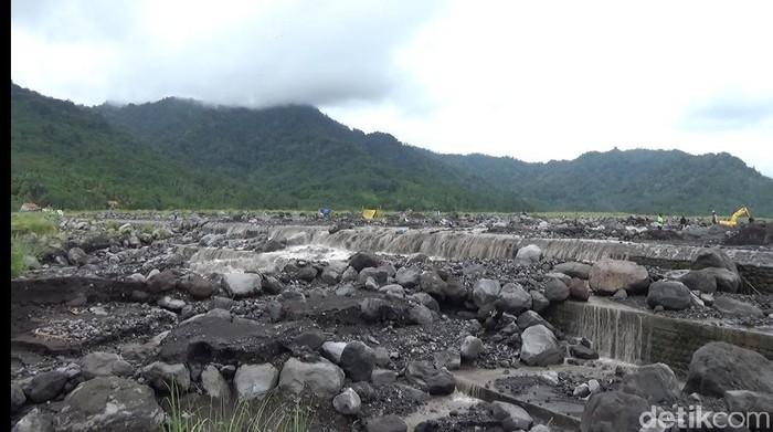 Gunung Semeru masih berpotensi meluncurkan guguran awan panas ke arah lereng selatan-tenggara. Dengan curah hujan tinggi, para penambang batu dan pasir di sekitar Semeru diimbau wasapada bahaya lahar Semeru.