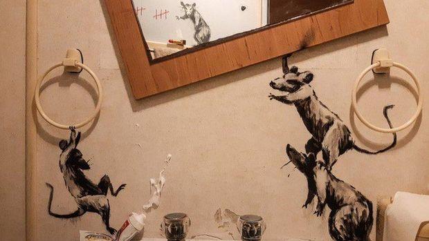 Virus corona: Seniman Banksy ciptakan karya 'kamar mandi' di kala 'lockdown'