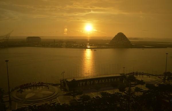 Momen matahari terbenam di kawasan Pantai Losari, Makassar. Biasanya momen ini sangat dinantikan karena pemandangannya yang indah.
