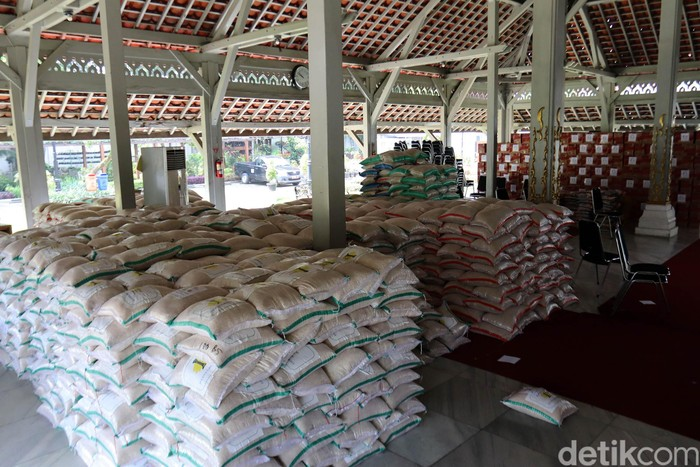 25 ribu paket sembako yang akan disalurkan untuk warga terdampak virus Corona (COVID-19) dikumpulkan di Aula Pendopo Kota Bandung. Begini penampakannya.