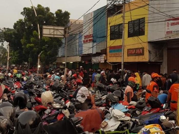 Kerumunan di Pasar Ikan Jatinegara, Jakarta Timur (akun @goldfaser, Ammar Fawzi)