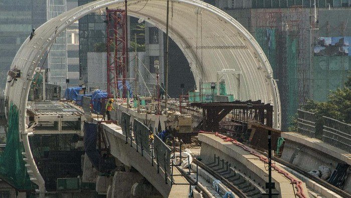 Suasana proyek pembangunan Lintas Rel Terpadu (LRT) Jabodebek lintas pelayanan II Cawang-Kuningan-Dukuh Atas di Jakarta, Minggu (19/4/2020). Progres pengerjaan konstruksi proyek Lintas Rel Terpadu (LRT) Jabodebek per 20 Maret 2020 sudah mencapai 70,9 persen. ANTARA FOTO/Aprillio Akbar/foc.