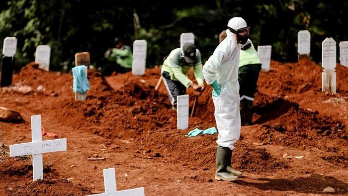 Para pekerja di Tempat Pemakaman Umum (TPU) Pondok Rangon, Jakarta, menerima bantuan 60 alat pelindung diri (APD) hamzat, dan ratusan paket sembako.