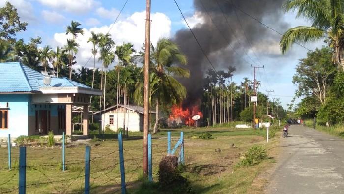 Rumah warga dibakar.