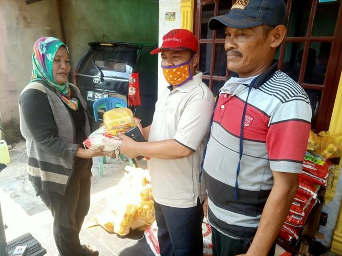 Pengumpulan bantuan oleh sesama warga untuk warga kurang mampu di Riau (Chaidir-detikcom)