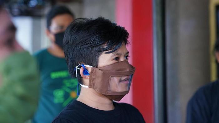 Masker transparan.