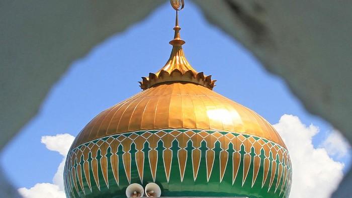Pekerja menyelesaikan proses pembuatan relief Masjid Nurul Iman di Desa Kuala Bubon, Kecamatan Samatiga, Aceh Barat, Aceh, Minggu (19/4/2020). Menjelang bulan suci Ramadhan sejumlah umat muslim di Aceh mulai melakukan pembersihan dan perbaikan serta memperindah masjid agar nyaman untuk menggelar kegiatan ibadah di bulan Ramadhan. ANTARA FOTO/Syifa Yulinnas/foc.