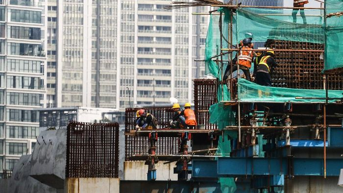 Pekerja menyelesaikan pembangunan proyek Light Rail Transit (LRT) di Kuningan, Jakarta, Senin (13/4/2020). Ditengah penerapan Pembatasan Sosial Berskala Besar (PSBB) di Jakarta, proyek infrastruktur LRT tetap berjalan. ANTARA FOTO/Rivan Awal Lingga/hp.