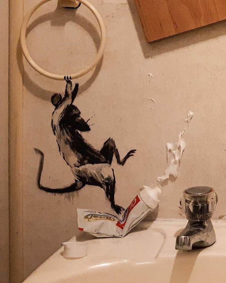 Di tengah pandemi Corona, sebagian besar seniman juga kena imbas harus tetap berada di rumah. Tak hilang akal, seniman lukis yang satu ini tetap membuktikan dirinya masih bisa berkarya di masa isolasi.