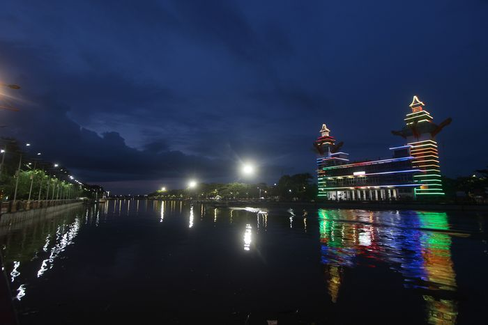 Suasana tepian Sungai Martapura yang sepi menjelang malam di Banjarmasin, Kalimantan Selatan, Sabtu (18/4/2020). Sejak merebaknya wabah COVID-19 hingga sekarang tidak ada lagi kunjungan wisatawan ke objek wisata yang menjadi salah satu landmark di Kalimantan Selatan itu. ANTARA FOTO/Bayu Pratama S/wsj.