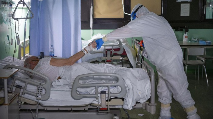 Ratusan ribu kasus COVID-19 di Italia membuat tenaga kesehatan khususnya para dokter dan perawat harus bekerja ekstra guna menyelamatkan nyawa warganya. Beginilah potret kesehariannya.  AP Photo/Domenico Stinellis