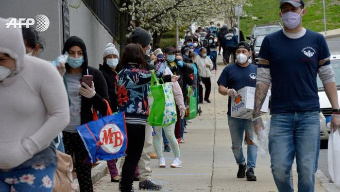 Warga AS berbondong-bondong menunggu sumbangan makanan dari bank makanan di AS (AFP)