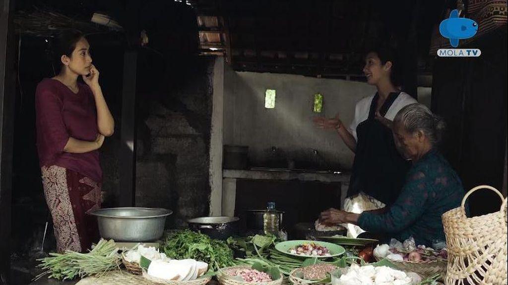 Happy Salma Belajar Masak di Dapur Bali Gung Niang: Sup Bunga Jepun