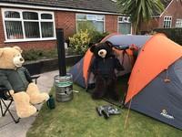 Dua beruang raksasa, Ted & Ed juga ikut di karantina selama Pandemi Corona. Ia tetap hadir membawa aura positif pada lingkungannya selama masa-masa sulit itu. Ngapain aja sih ya mereka?