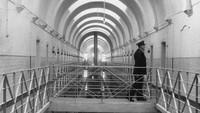 Seorang sipir di Lapas Wakefield di Wakefield, Yorkshire Barat pada 16 April 1962. Penjara untuk para narapidana kelas kakap itu memiliki daya tampung 750 orang. (Getty Images/Chris Ware)