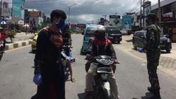 Superman Asal Kendari Bagikan Masker Halau Corona