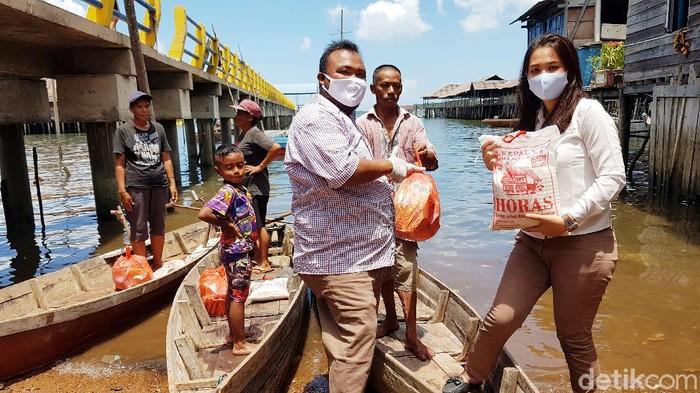 Warga suku laut Batam terima bantuan sembako