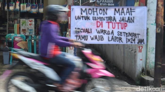 Kota Bandung akan mulai menerapkan Pembatasan Sosial Berskala Besar (PSBB) pada 22 April mendatang. Sejumlah gang di kawasan itu pun telah ditutup sementara.