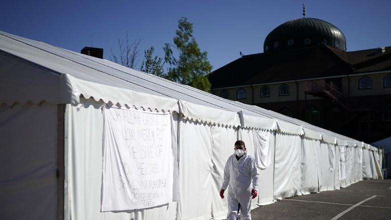 Parkiran Masjid Jamia Tengah Ghamkol Sharif di Birmingham Inggris dijadikan kamar jenazah darurat untuk korban meninggal akibat Corona. Begini potretnya.