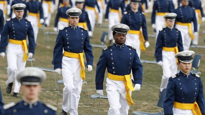 Akademi Angkatan Udara AS gelar perayaan kelulusan anak didiknya. Perayaan kelulusan itu digelar dengan tetap terapkan pembatasan sosial guna cegah Corona.