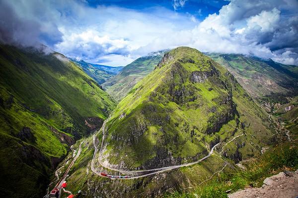 Pegunungan Andes dipercaya memiliki penunggu oleh warga setempat. Mereka menyebutnya Nariz del Diablo atau Hidung Setan. (tren Ecuador)