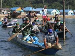 Pakai Sampan, Prajurit di Konawe Salurkan Sembako ke Warga Terdampak Corona