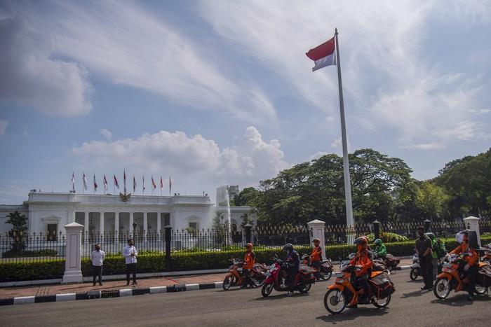 Menteri Sosial Juliari P Batubara (kedua kiri) yang mewakili Presiden Joko Widodo, dan Mensesneg Pratikno (kiri) melepas distribusi bantuan sosial sembako di depan Istana Merdeka, Jakarta, Senin (20/4/2020). Pemerintah mulai menyalurkan bantuan sosial untuk wilayah di DKI Jakarta dalam rangka penanganan COVID-19 di wilayah Jabodetabek. ANTARA FOTO/Sigid Kurniawan-Pool/hp.