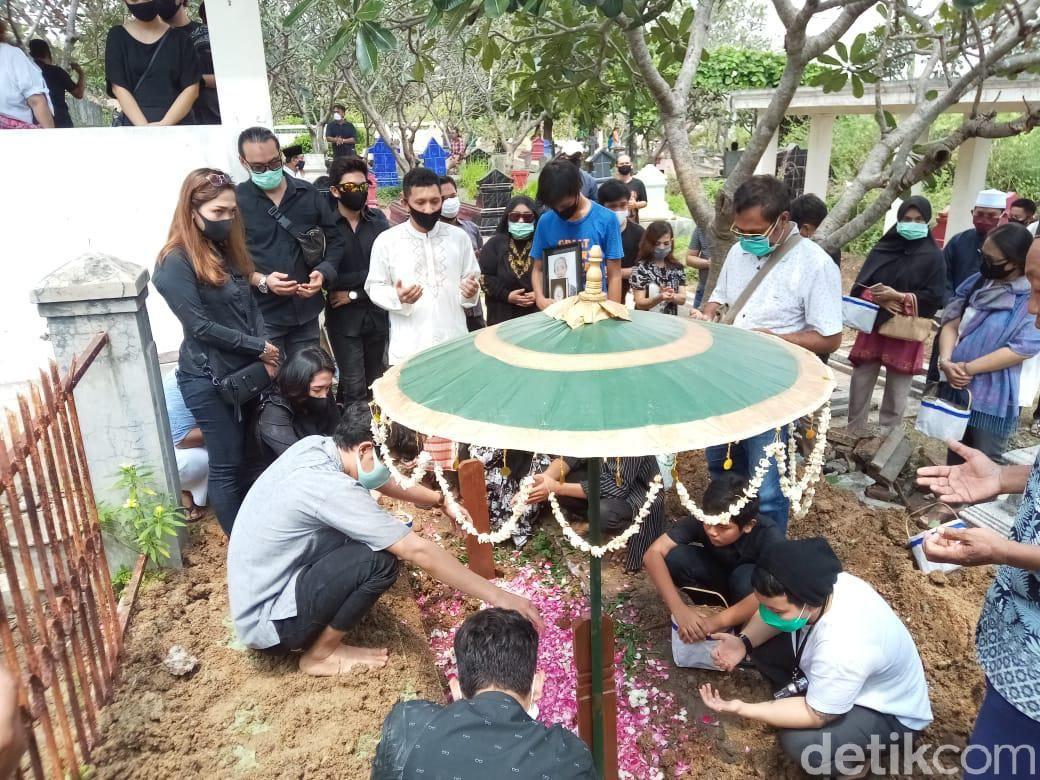 Prosesi pemakaman ibunda Nunung, Djuwarti.