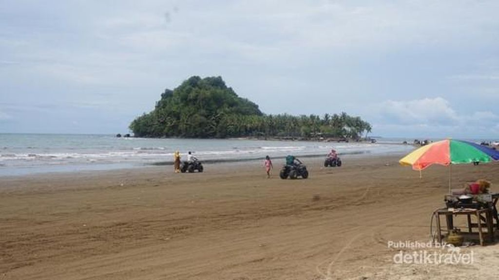 Pantai Air Manis, Tempat Malin Kundang Jadi Batu