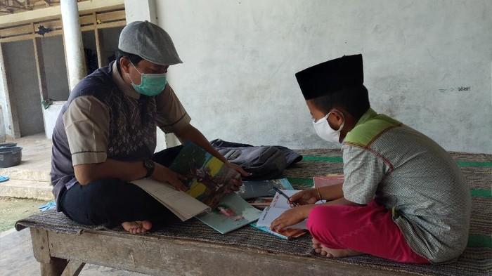 Seorang guru SDN Batu Putih Laok 3 di Sumenep mendatangi rumah siswanya yang tidak punya smartphone. Itu ia lakukan agar siswanya tetap bisa belajar di tengah wabah Corona.