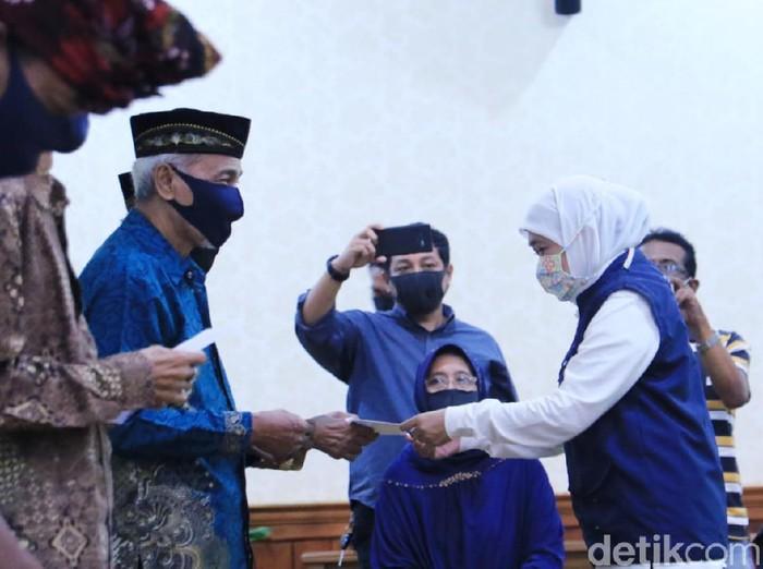 Gubenur Jawa Timur Khofifah Indar Parawansa memberi apresiasi kepada seniman dan para juru pelihara cagar budaya di Jatim. Apresiasi ini terkait dengan dedikasi serta prestasi mereka terhadap seni di Jatim.