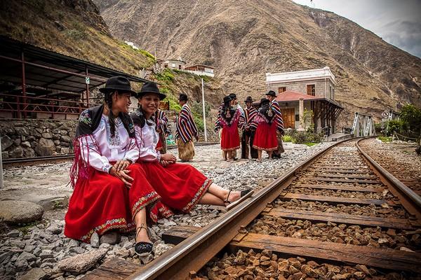 Untuk naik kereta itu pelancong harus merogoh kocek USD 33 atau sekitar Rp 500 ribuan. Enggak terlalu mahal, kan? (tren Ecuador)