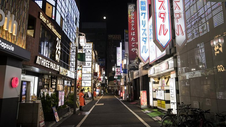 A general view shows an empty street of at Tokyos entertainment district of Kabukicho on April 7, 2010. - Japans Prime Minister Shinzo Abe on April 7 declared a month-long state of emergency in Tokyo and six other parts of the country over a spike in coronavirus cases. (Photo by Behrouz MEHRI / AFP)