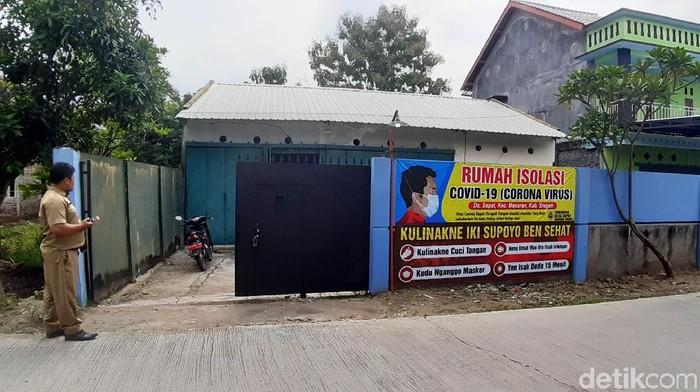 Suasana rumah karantina khusus di Desa Sepat, Kecamatan Masaran, Sragen, Senin (20/4)