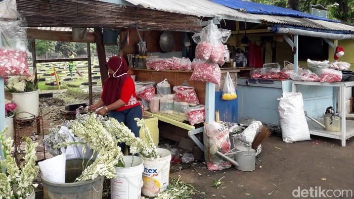 Penjual bunga ziarah di TPU Jeruk Purut.