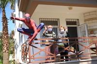 Dia membeli sayur, buah, susu, dan beragam bahan makanan. Dengan mengendarai Beetle, Spiderman pun datang ke rumah-rumah orang yang membutuhkan tenaganya. (Goodable/Twitter)