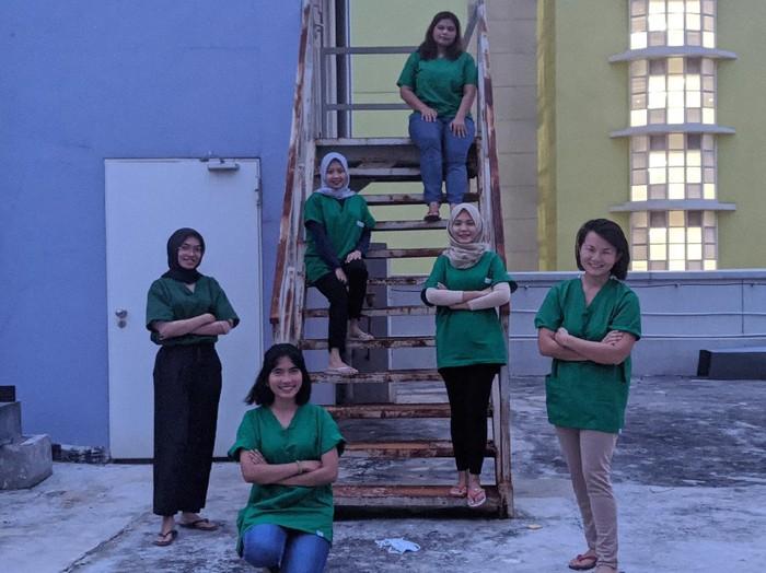 dr Debryna bersama rekan dokter lainnya di RS Darurat Wisma Atlet