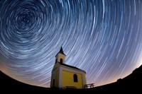 Langit cerah dari pantulan cahaya bulan baru dan hujan meteor Lyrids membuat langit menjadi sangat indah.