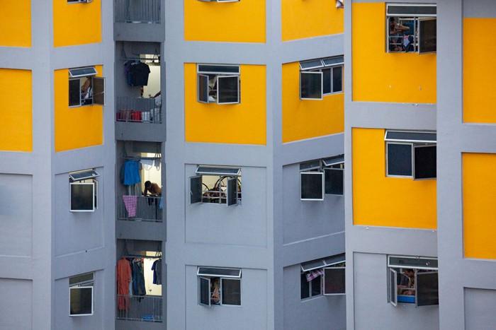 Sejumlah pekerja migran di industri konstruksi Singapura mulai diisolasi selama 14 hari demi menekan penyebaran Corona di lingkungan kerja.