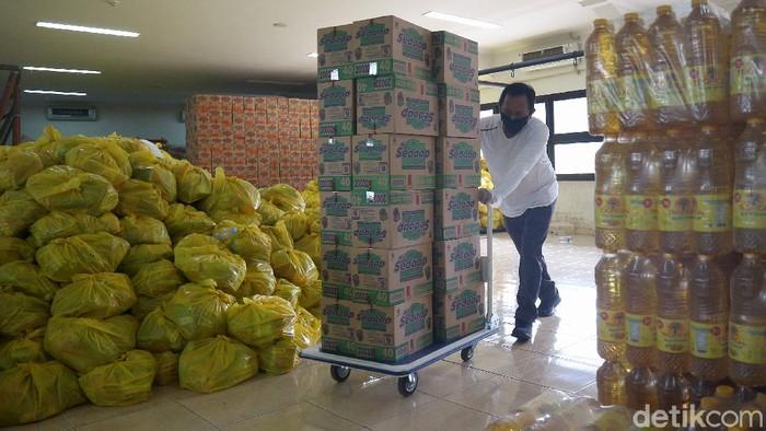 Pemerintah Kota Bekasi segera mendistribusikan bantuan sosial berupa sembako bagi 150 ribu rumah tangga terdampak COVID-19 di Kota Bekasi.