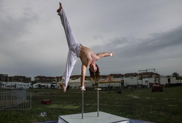 Pemain dari kelompok sirkus Romina Orfei, Alyn Valeriou berlatih di kota Naples, Italia (18/4). Alyn bersama istrinya, Anamaria sudah berencana pensiun dari dunia sirkus dan menjadi petani. Namun keduanya terjebak dalam situasi lockdown setelah pertunjukan terakhir pada 1 Maret lalu.