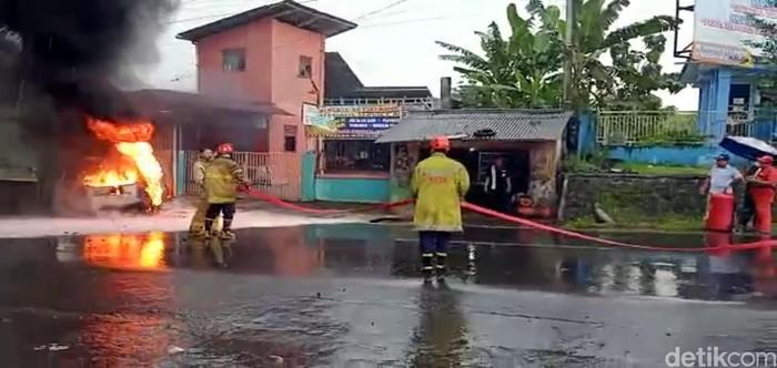 Mobil meledak lalu terbakar di sukabumi