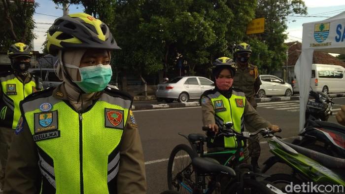Petugas Satlinmas perempuan di Cirebon bertugas di tengah pandemi Corona
