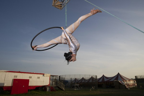 Otilia Maria Martinez Dos Santos, pemain sirkus asal Portugal berlatih di pinggiran kota Roma, Italia (17/4). Ia bergabung dengan kelompok sirkus Ronny Roller dan terakhir manggung pada 7 Maret lalu. Aku merindukan penonton,  kata Otilia.