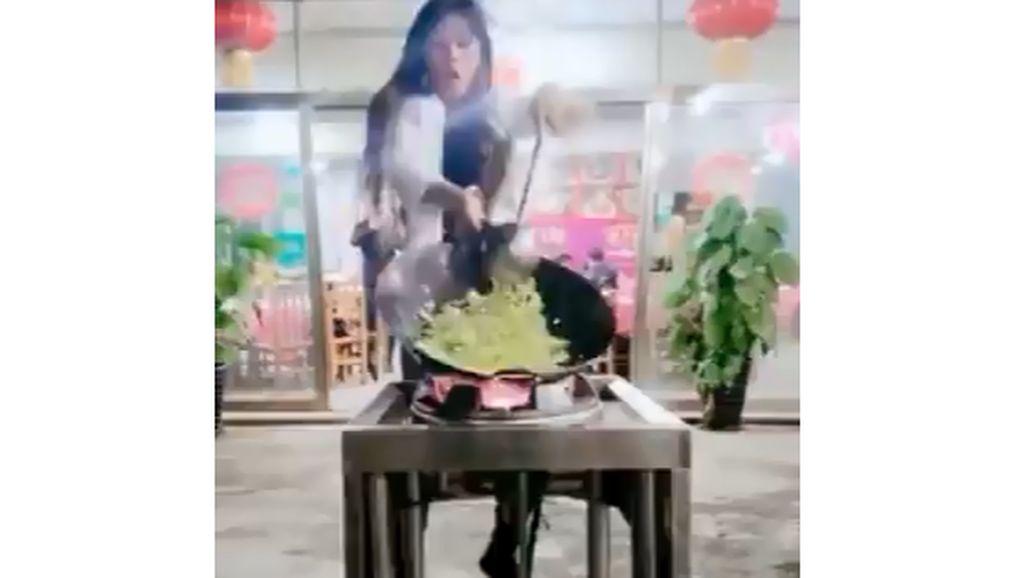 Super Aktif! Aksi Memasak Seorang Wanita Sambil Breakdance