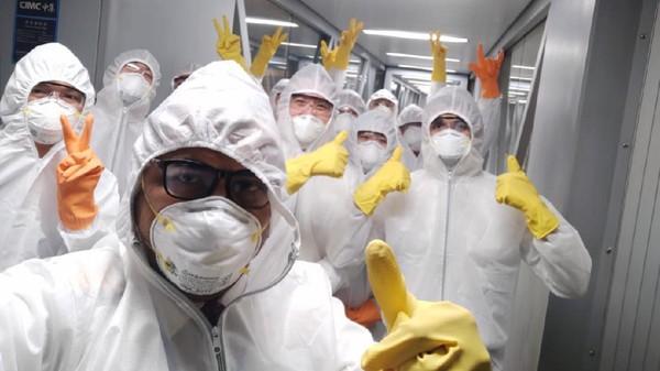 Di dalam pesawat tersebut juga ada 17 awak yang turut serta. Mereka mengenakan APD lengkap guna menghindari diri tertular dari virus Corona.