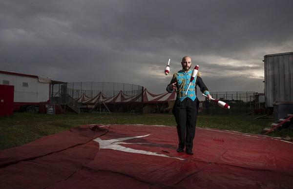 Daniel Aanitei , badut dari kelompok sirkus keliling Ronny Roller berlatih di pinggiran kota Roma, Italia (17/4).